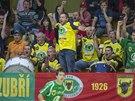 Fanoušci Zubří povzbuzují svůj tým.