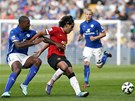 ÚNIK. Radamel Falcao z Manchesteru United uniká, brání ho Wes Morgan z