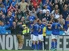 EXTÁZE. Fotbalisté Leicesteru slaví s fanoušky senzační obrat proti Manchesteru