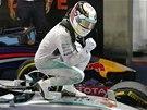 VÍTĚZNÉ SPOJENÍ. Lewis Hamilton a jeho mercedes po triumfu ve Velké ceně