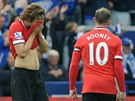 JAKO OPA�EN�. Daley Blind a Wayne Rooney z Manchesteru United po ho�k� por�ce
