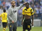 Trenér Jürgen Klopp utěšuje Adriana Ramose. Borussia Dortmund totiž prohrála...