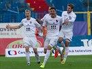 Ostravští fotbalisté se radují z gólu, který vstřelil Patrizio Stronati...