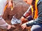 Archeologové z hradecké univerzity zkoumají významný pravěký rondel v Plotištích.