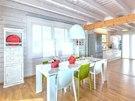 Velký jídelní prostor volně navazuje na kuchyň.