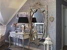 Podkrovní ložnice zachovávají zdobný styl přízemí, s nímž výborně koresponduje