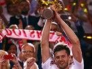 Kapitán polských volejbalistů Michal Winiarski s trofejí pro mistry světa.