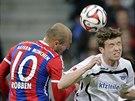 Arjen Robben (vlevo) z Bayernu Mnichov souboji s Patrickem Zieglerem Z...
