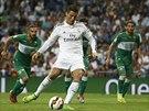 Cristiano Ronaldo z Realu Madrid napřahuje ke gólové trefě v zápase s Elche.