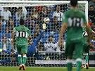 Brank�� Keylor Navas z Realu Madrid inkasuje po st�ele Edua Albscara z Elche.