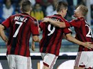 Fernando Torres (uprostřed) slaví svůj první gól v dresu AC Milán se spoluhráči Jeremym Menezem (Vlevo) a Ignaziem Abatem.