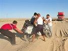 A je to tady, první pád!  Od Aralsku se asfaltka prom�nila v �otolinové...