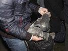 Jeden z demonstrant� ukazuje torzo ze str�en� sochy V.I.Lenina v Charkov�.
