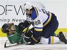 Ale� Hemsk� z Dallasu pad� na led po ataku Kevina Shattenkirka ze St. Louis.