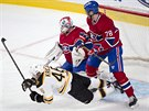 David Krej�� z Bostonu pad� k ledu po souboji s montrealsk�m obr�ncem Joem...