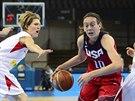 Americká reprezentantka Breanna Stewartová proniká českou obranou, sledují jí...