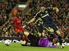 Adam Reach z Middlesbrough obchází liverpoolského gólmana Simona Mignoleta.