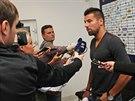 Milan Baroš odpovídá novinářům, řeší se jeho návrat do Baníku Ostrava.