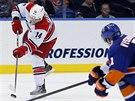 Lubom�r Vi��ovsk� (vpravo) z  NY Islanders se pokou�� zblokovat st�elu Nathana...