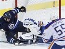 Leon Draisaitl z Edmontonu sleduje střet svého brankáře Tylera Rimmera s...