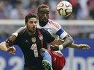 NATĚSNO. Claudio Pizarro (vpředu) z Bayernu Mnichov chce získat míč . Johan...