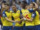 DOBRÁ PRÁCE. Mesut Özil (vpravo) z Arsenalu přijímá gratulace ke gólu proti...