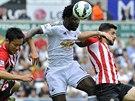 Útočník Swansea Bony Wilfried (uprostřed) má míč, doráží na něj Maya Yoshida...