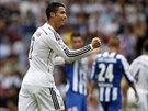 Cristiano Ronaldo z Realu Madrid slaví přesný zásah proti La Coruni.