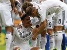 VÝBORNĚ, KLUKU. Cristiano Ronaldo (uprostřed) přijímá gratulace od spoluhráčů z...