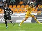 Jihlavský stoper Jiří Krejčí (vpravo) hlavou posílá míč mimo dosah příbramského...