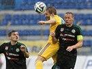Jihlavský Marek Jungr (uprostřed) v hlavičkovém souboji s příbramským stoperem...