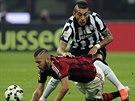 Jeremy Menez (vlevo) z AC Milán a Roberto Maximiliano Pereyra z Juventusu Turín...