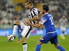 �to�n�k Juventusu Fernando Llorente (vlevo) si chr�n� m�� p�ed dot�raj�c�m...