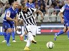 G�L! Arturo Vidal z Juventusu Tur�n se prosazuje v utk�n� s Cesenou.