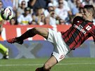 Fernando Torres z AC Milán bojuje o balón v duelu proti Ceseně.