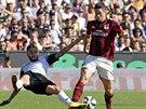 Útočník AC Milán Fernando Torres (vpravo) bojuje o míč s Francescem Renzettim z...