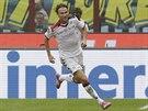 Albin Ekdal z Cagliari slaví jednu ze svých tref proti Interu Milán.