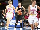 Česká basketbalistka Jana Veselá vede míč v duelu s Japonskem.