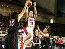 Česká basketbalistka Kateřina Elhotová v duelu s Japonskem