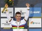 Michal Kwiatkowski slaví triumf na světovém šampionátu v silniční cyklistice.