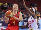 Čínská basketbalistka Tching Šao v utkání s Angolou
