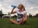Před nebo při rozcvičce a také po ní je namístě doplnění tekutin