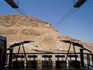 Masada - pohled z lanovky. Po téhle klikaté stezce se běhá Masada Race