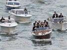 George Clooney a jeho svatebn� host� se p�epravovali vodn�mi taxi (Ben�tky, 27....