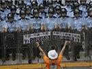Policie v neděli odpoledne vytlačila prodemokratické aktivisty z areálu místní