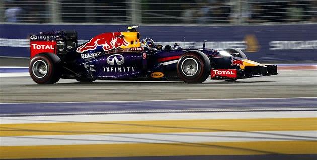 NA TRATI. Daniel Ricciardo ve Velké cen� Singapuru.