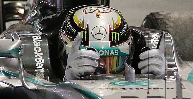 RADOST. Lewis Hamilton po triumfu ve Velké cen� Singapuru.