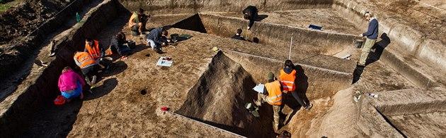 Archeologové z hradecké univerzity zkoumají významný prav�ký rondel v...