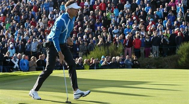 Golfista Ian Poulter z týmu Evropy sledovaný po�etným zástupem divák�.