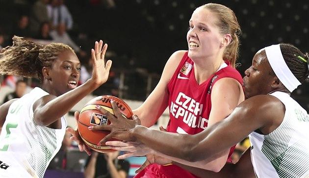 �eská basketbalistka Alena Hanu�ová proniká brazilskou obranou.